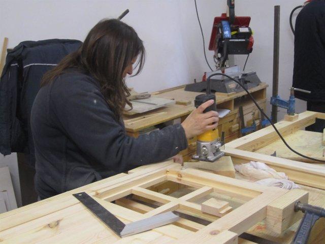 Una alumna en un taller de empleo del INAEM