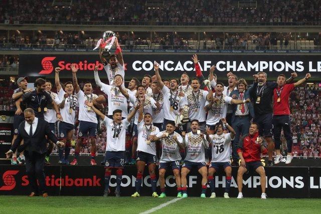 Los jugadoras de las Chivas de Guadalajara celebran la Champions de la CONCACAF