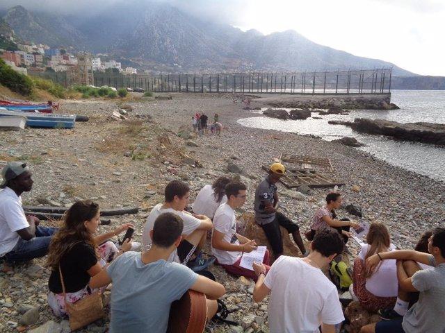 Jóvenes cristianos españoles con jóvenes migrantes en Ceuta