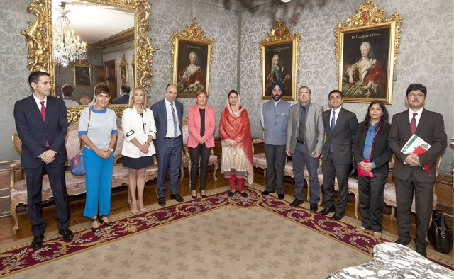 Componentes de la delegación india con la presidenta de Navarra, Uxue Barkos.