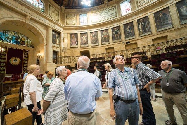 Turistas visitan la casa de juntas de Gernika