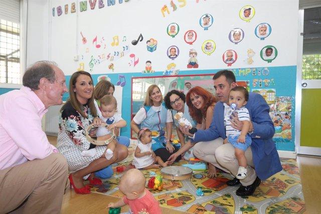 Ruiz (izda.) y López (dcha.) visitan la Escuela Infantil Azahara