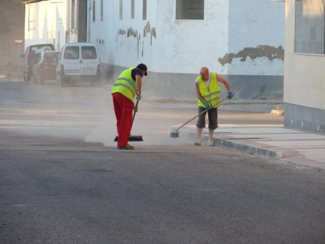 Trabajadores en Tauste (Zaragoza). Asfalto en las calles