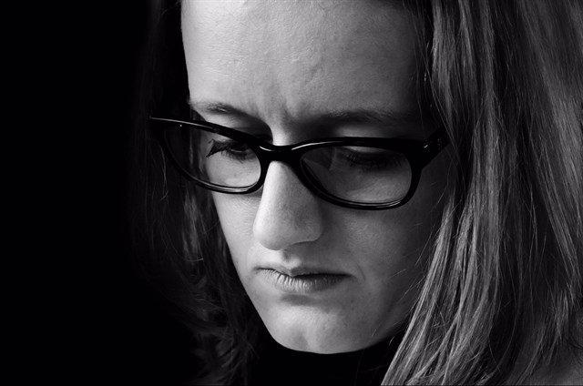 Mujer pensando. Mujer triste.