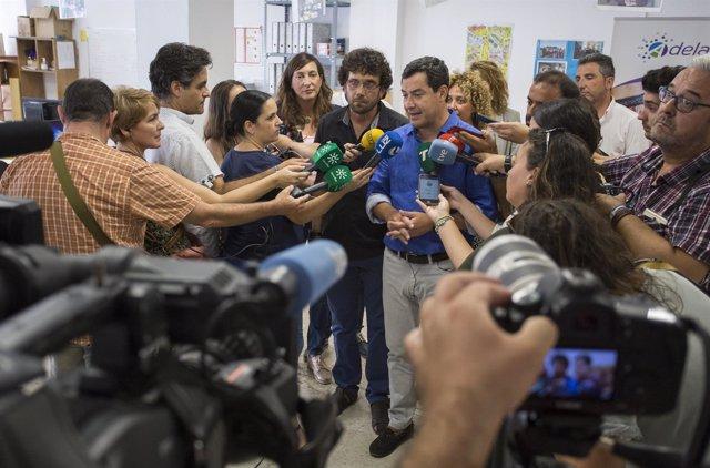 Juanma Moreno, ante los medios en Huelva.
