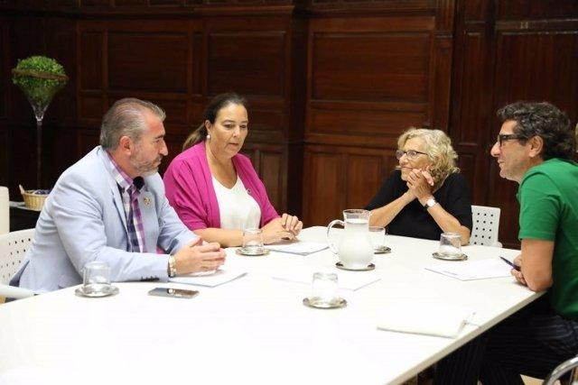 Carmena y representantes de la AVT