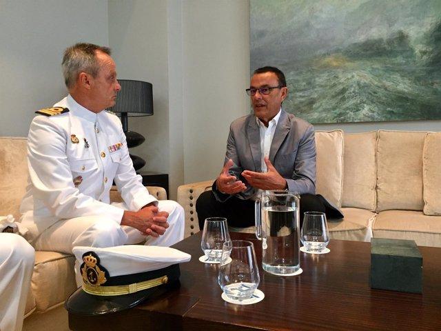 Caraballo, con el nuevo comandante naval de Huelva.
