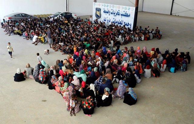 Migrantes evacuados tras los choques en Trípoli