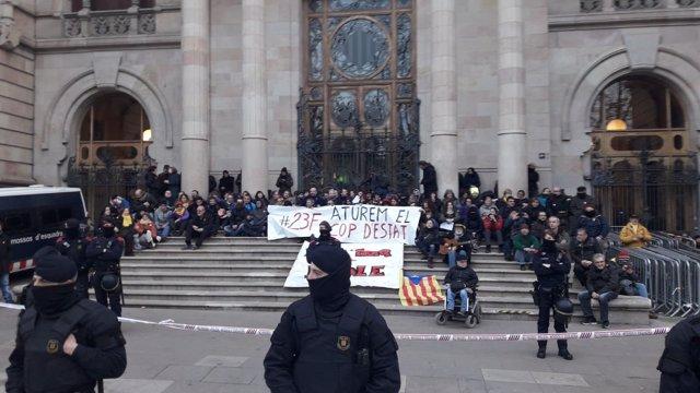 Protesta de los CDR en la escalinata del TSJC, en Barcelona