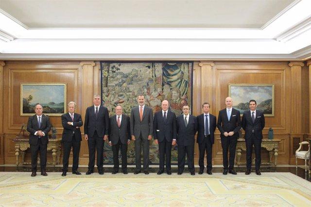 El Rey Felipe VI junto a representantes del sector del automóvil