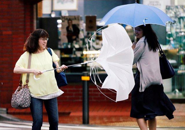 Residentes luchan contra el fuerte vientoe en Japón.