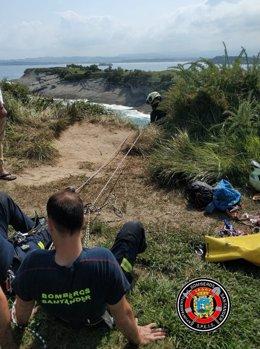 Bomberos de Santander rescatan un perro caído por un acantilado