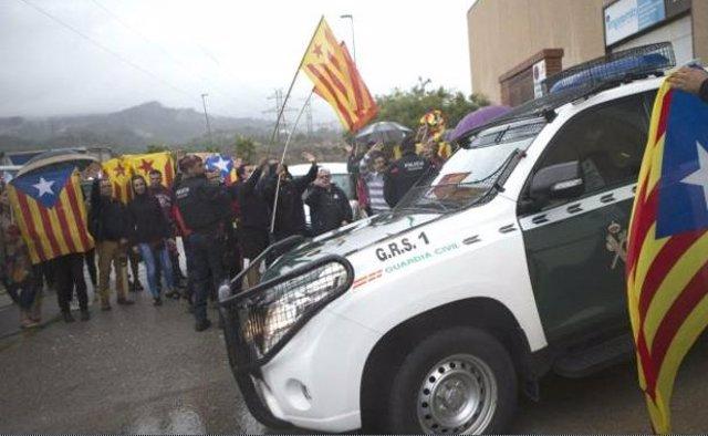 Coche de la Guardia Civil con independentistas catalanes