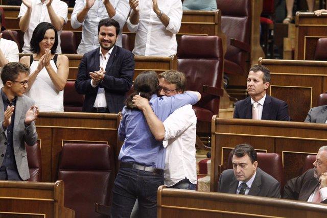 Pablo Iglesias y Xavier Domenech se abrazan en el Congreso