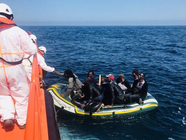 Rescate patera con inmigrantes por Salvamento Marítimo