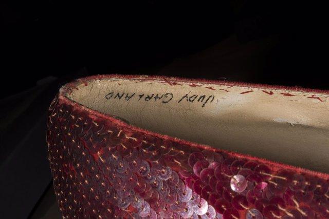 Uno de los zapatos rojos utilizados por Judy Garland en El mago de Oz.