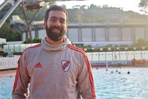 Charly, el waterpolista argentino que dejó todo por entrenar a un
