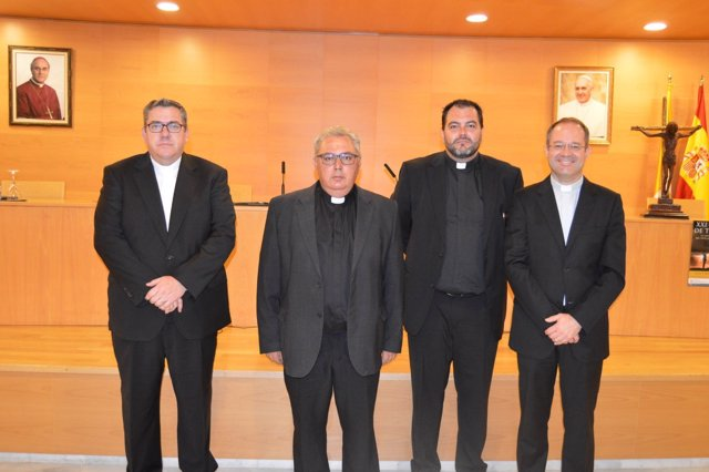 El vicario general de la Diócesis almeriense, Tomas Cobo, segundo por la izq.