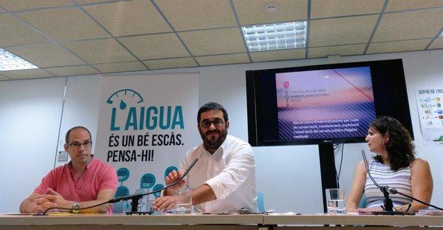 El conseller de Medio Ambiente, Vicenç Vidal (centro) presenta el decreto