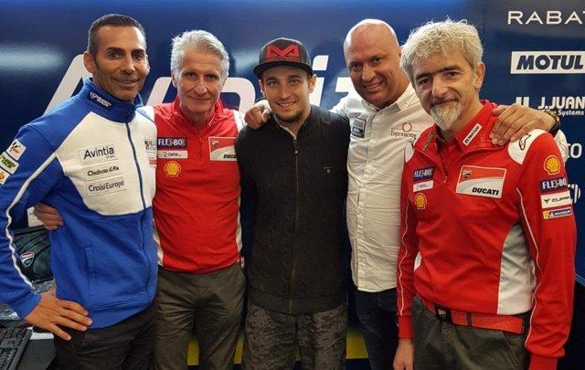 Karel Abraham, en el centro, nuevo piloto del Reale Avintia Racing de MotoGP