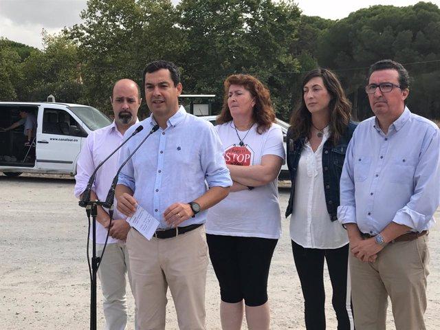 El presidente del PP-A, Juanma Moreno, en Almonte.