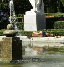 Una mujer hace frente al calor