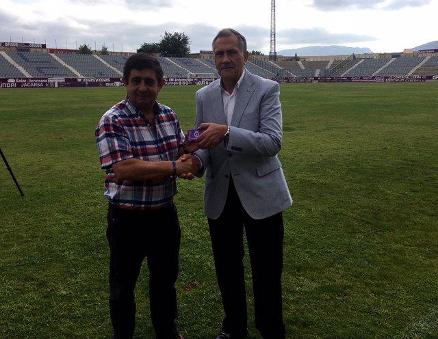 Reyes recibe el carné de socio del Real Jaén CF de mano de Tomás Membrado.