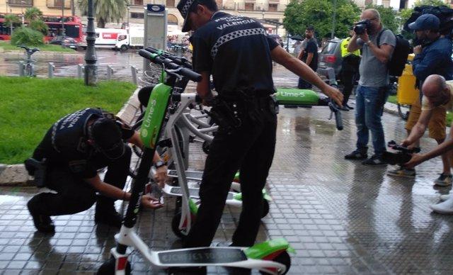 Policía Local retirando los patinetes