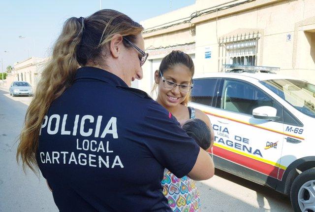 Agentes de la Policía Local destacado en Pozo Estrecho con la muje