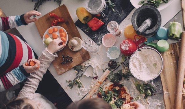 Concinar. Niños cocinando. Haciendo la comida.