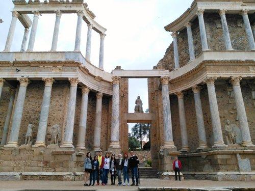 Turistas en el Teatro Romano de Mérida