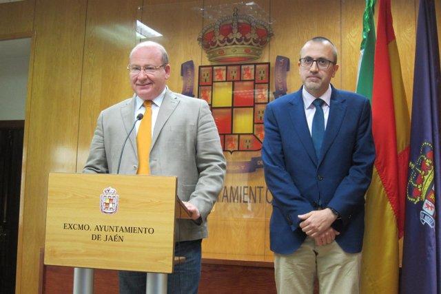Bonilla (d), junto al alcalde, en la presentación del presupuesto de 2018.