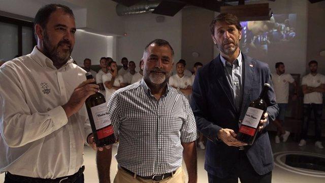 Cuatro Rayas entrega botellas a Carlos Suárez y Ronaldo. 5-9-2018