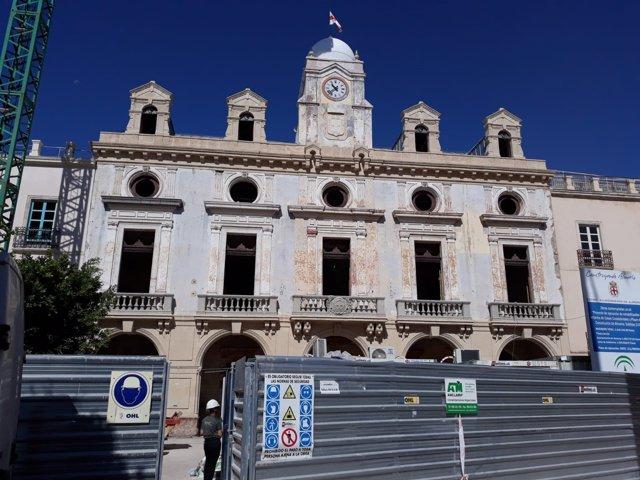 Fachada del Ayuntamiento de Almería en obras