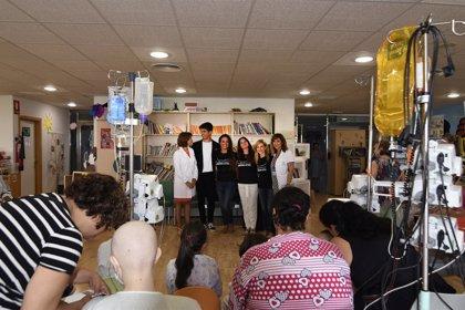El Hospital Reina Sofía da la bienvenida al nuevo curso escolar con un espectáculo de magia e ilusión