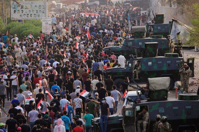 Manifestación cerca de un edificio del Gobierno en Basora