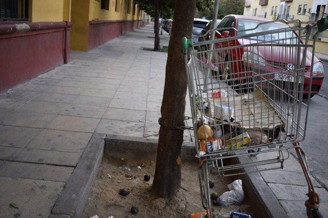 Carro abandonado en el barrio sevillano de La Macarena
