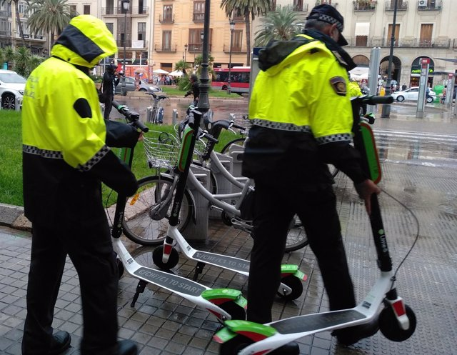 La policía retira los patinetes eléctricos