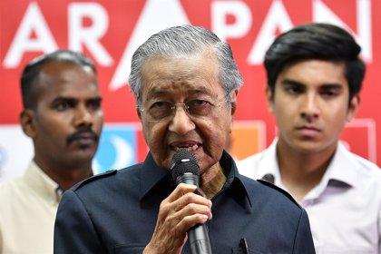 """Mahatir dice que los varazos a dos mujeres por intentar mantener relaciones en Malasia """"da una mala imagen del Islam"""""""