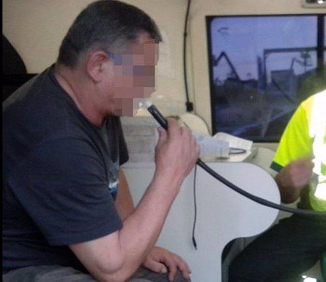 Un hombre realiza una prueba de alcoholemia, en una imagen de archivo