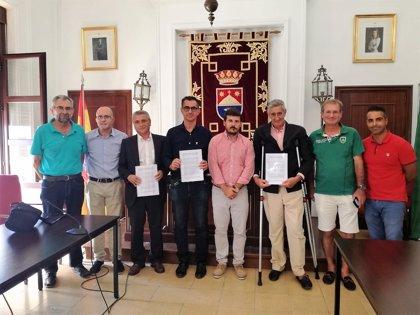 Ayuntamiento de Barbate, Aqualia y vecinos firman el convenio para llevar el agua a Los Caños de Meca