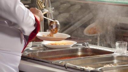 Más del 63% de los centros públicos españoles utiliza servicios externos de catering en los comedores, según un estudio