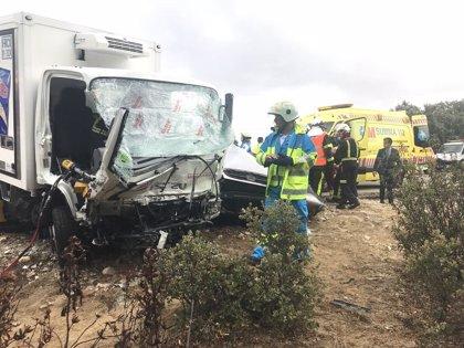 Un muerto y un herido en un choque frontal entre un coche y un camión en Valdemorillo