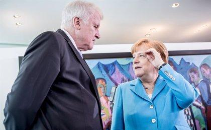"""Merkel responde a Seehofer y niega que la migración sea """"la madre de todos los problemas políticos"""" en Alemania"""