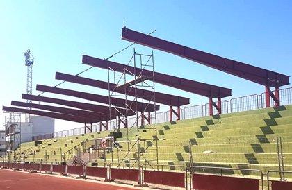 Arranca la instalación de la nueva cubierta de las gradas del estadio de Osuna