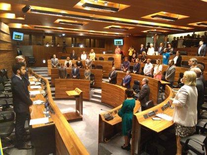La Junta General guarda un minuto de silencio en recuerdo a las víctimas del accidente de Avilés