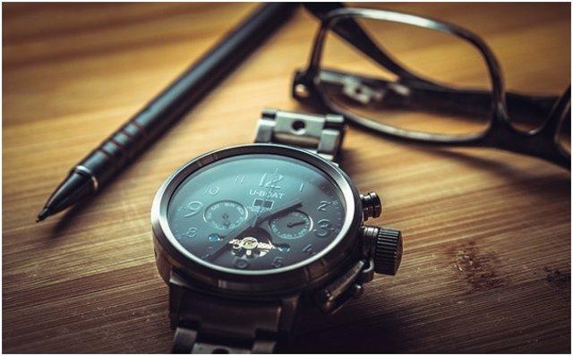 Reloj en una mesa