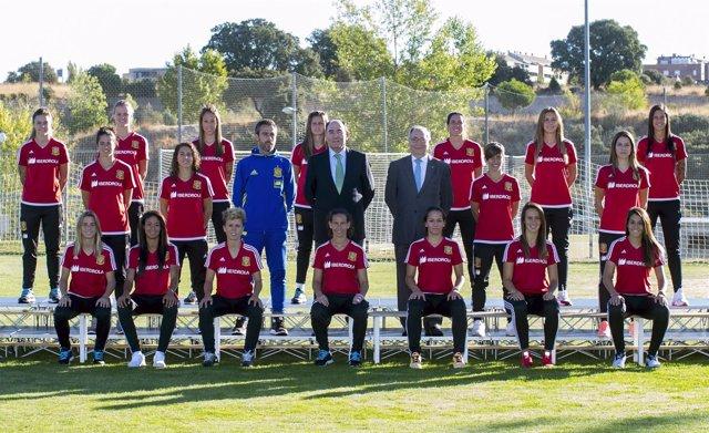 El presidente de Iberdrola, Ignacio Galán, visita a selección femenina de fútbol