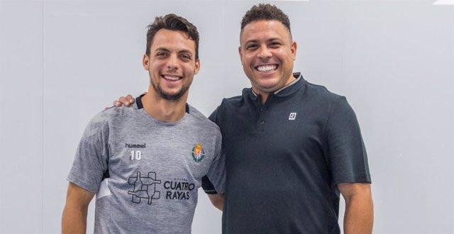 Oscar Plano y Ronaldo firman la renovación del jugador