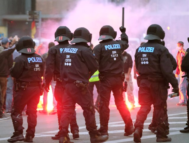 Policías antidisturbios alemanes durante los disturbios en Chemnitz